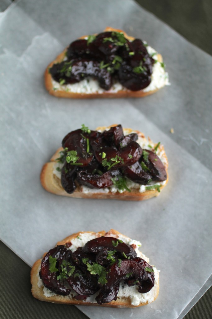Wine Roasted Mushroom Crostini | These easy crostini with wine soaked mushrooms and a tasty cheese spread are the perfect appetizer for entertaining! Vegetarian.