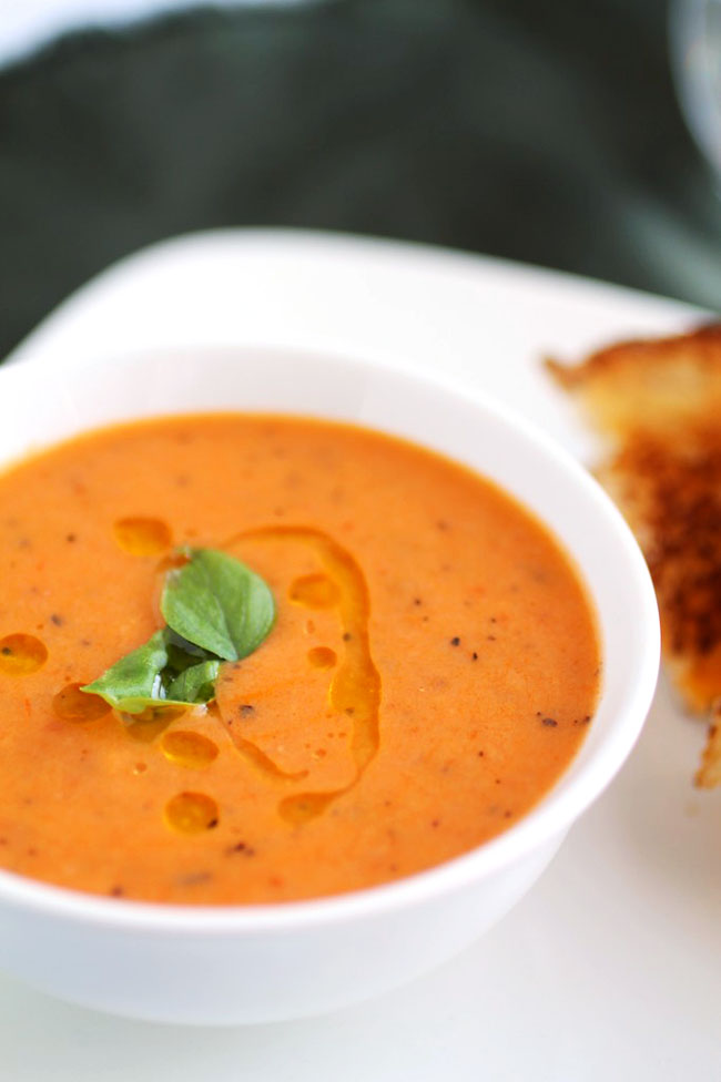Vegan Roasted Tomato Soup | This rich, hearty, vegan tomato soup is so good you won't even miss the dairy! The perfect vegan soup recipe for cold nights.