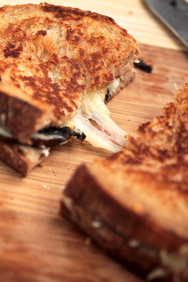 Thyme Roasted Mushroom Grilled Cheese | Step up your grilled cheese sandwich game with this delicious roasted mushroom sandwich! Great for a quick and easy lunch or dinner. Vegetarian.