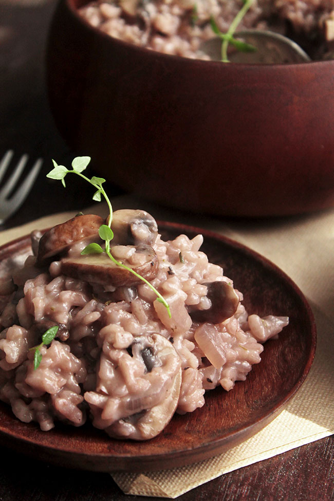 Red Wine, Mushroom, and Thyme Risotto | This red wine risotto recipe puts a fresh twist on classic risotto. Fresh thyme and sautéed mushrooms lend a ton of flavor. Vegetarian.