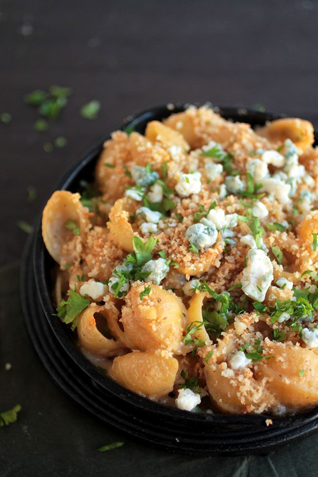 Black and Blue Mac and Cheese | This simple Guinness macaroni and cheese has a smooth beer cheese sauce. Topped with crispy bead crumbs and blue cheese crumbles and baked in a cast iron skillet for a fun twist on a classic mac and cheese recipe.