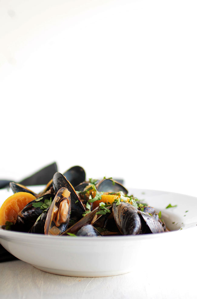 How to cook mussels in a simple white wine sauce with lemon and chipotle.