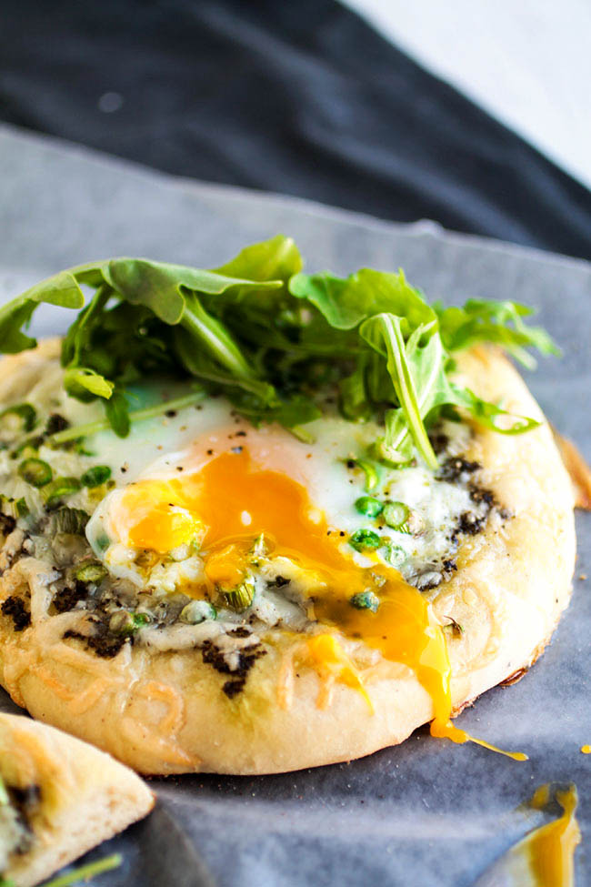 Spring Veggie Breakfast Pizzas - It's pizza for breakfast with this quick and easy recipe!