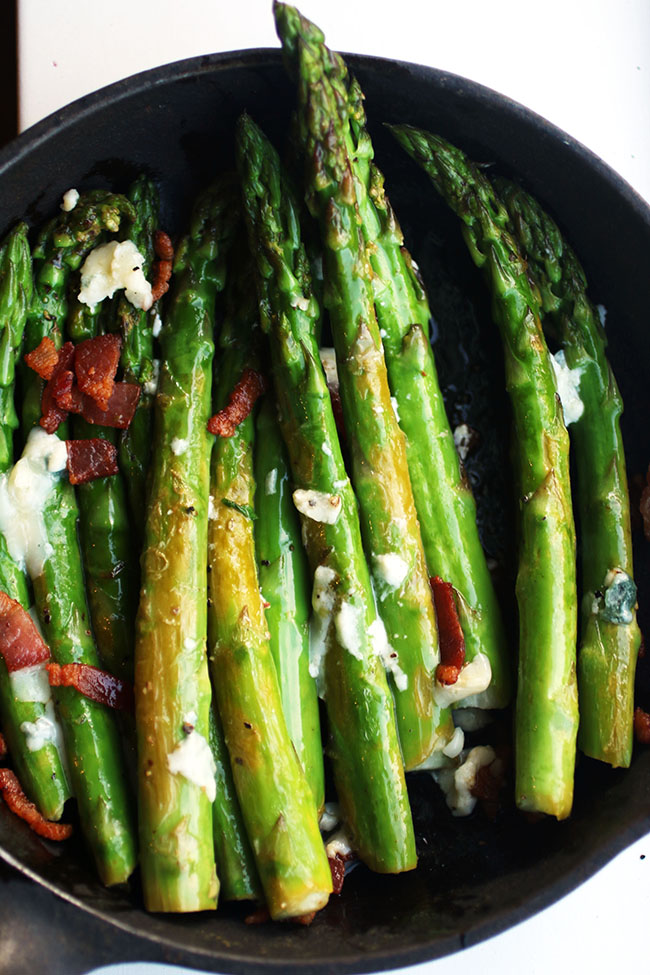 Bacon Blue Cheese Asparagus - Dress up a simple asparagus appetizer or side dish with some crispy bacon and creamy blue cheese! The perfect asparagus side dish for busy weeknights.