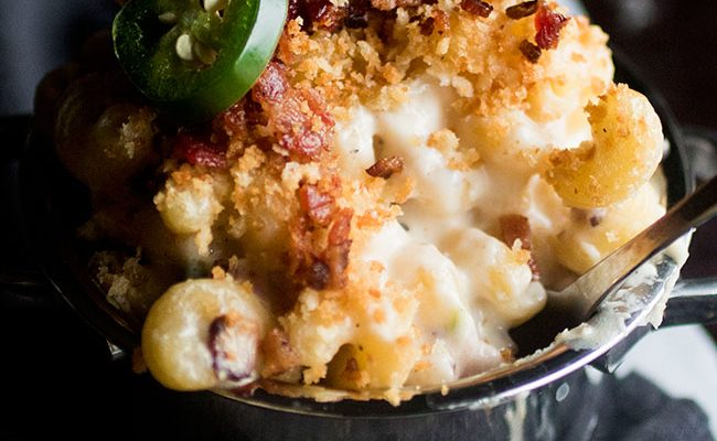 Jalapeno Popper Mac and Cheese | Put a pasta-rific twist on a classic jalapeño popper appetizer with this easy jalapeño macaroni and cheese!